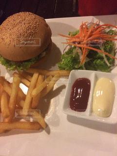 皿にフライド ポテトとレタスのサンドイッチの写真・画像素材[714560]