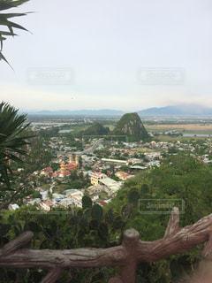 背景の山と木の写真・画像素材[714601]