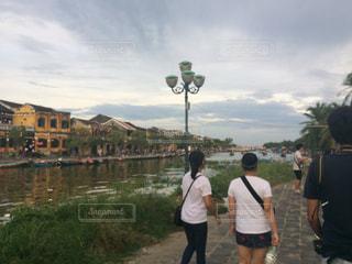 川の横に立っている人々 のグループの写真・画像素材[743442]