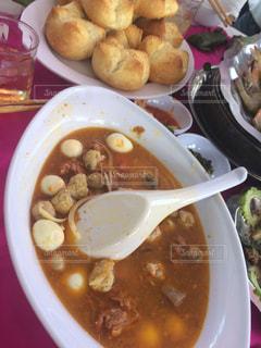 板の上に食べ物のボウルの写真・画像素材[766495]