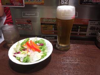 ビールとサラダの写真・画像素材[1351358]