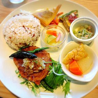 テーブルの上に食べ物のプレート - No.775706
