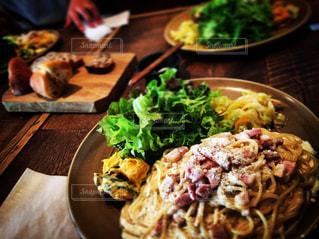 木製のテーブルの上に食べ物のプレート - No.821379
