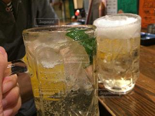 ガラスから飲む人の写真・画像素材[707006]