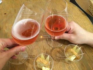 テーブルにビールのグラスを持っている手の写真・画像素材[846882]