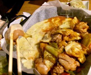 テーブルの上に食べ物のプレートの写真・画像素材[979358]