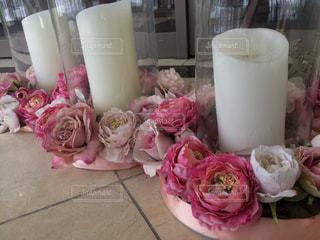 テーブルの上のピンクの花のグループ - No.1111359