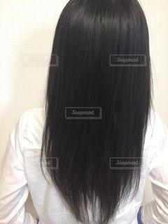 黒い髪と白いシャツを着ている人の写真・画像素材[1175726]