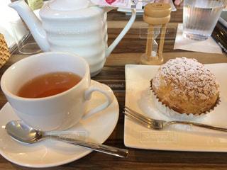 テーブルの上のコーヒー カップの写真・画像素材[1177515]