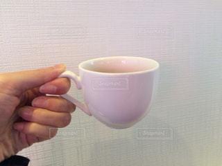 近くに一杯のコーヒーを保持している人のの写真・画像素材[1177516]