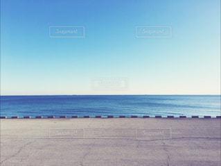 水の体の横にある砂浜のビーチ - No.938735