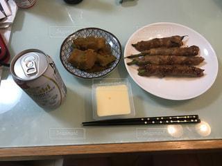 テーブルの上に食べ物のプレートの写真・画像素材[758383]