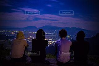 暗い曇り空の人々 のグループの写真・画像素材[727234]