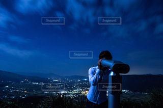山の前に立っているの写真・画像素材[727235]