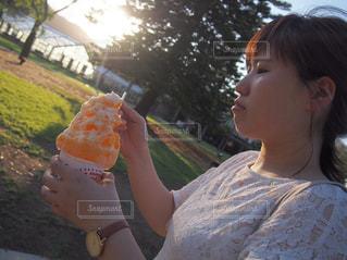 かき氷を食べる少女の写真・画像素材[763180]