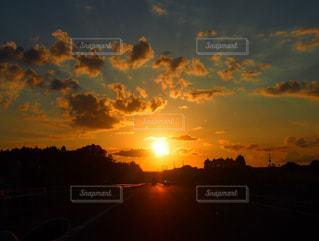 水の体に沈む夕日の写真・画像素材[763181]