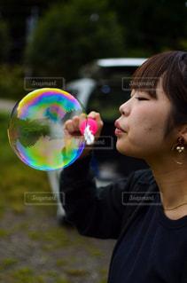 凧を保持している少年の写真・画像素材[763184]