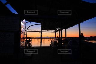 ボート小屋からの朝焼けの写真・画像素材[1008178]