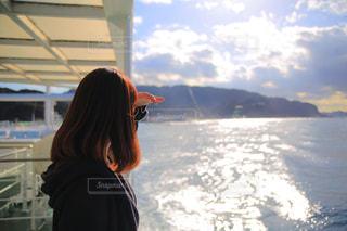 水の前に立っている人の写真・画像素材[1008216]