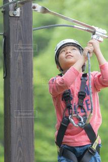 アスレチックで遊ぶ子供の写真・画像素材[1158525]