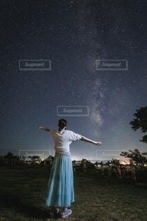天の川と後ろ姿の写真・画像素材[2317751]