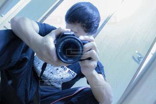 カメラにポーズ鏡の前に立っている男の写真・画像素材[822724]