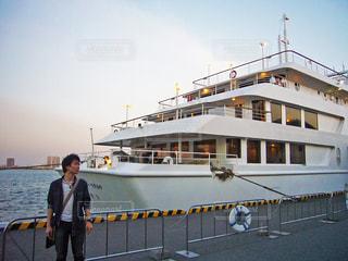 船の横に立っている人の写真・画像素材[783607]