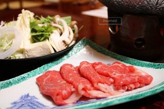 テーブルの上に食べ物のプレートの写真・画像素材[1043471]