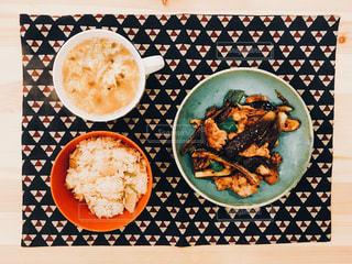 ある日の夕飯。ふわとろたまごスープ、ナスと豚肉の味噌炒め、桜エビと筍の炊き込みご飯。一人分、ぺろり!の写真・画像素材[855515]