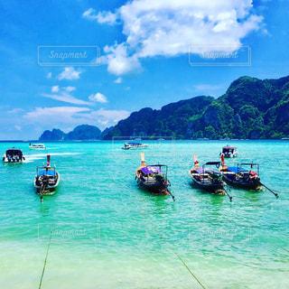 水の体の小さなボートの写真・画像素材[790815]
