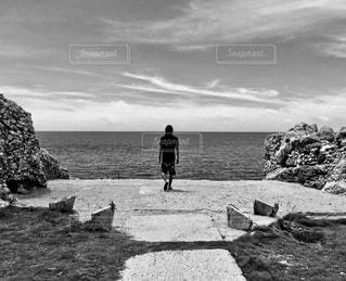 水の体の近くのビーチの人々 のグループの写真・画像素材[873455]
