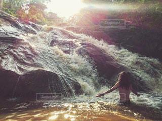 水のサーフボードで波に乗って男の写真・画像素材[873459]