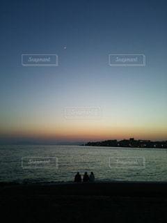 三人の夕暮れの写真・画像素材[976284]