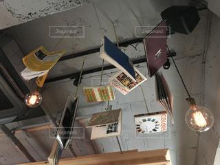 天井からぶら下がっている時計 - No.1123089