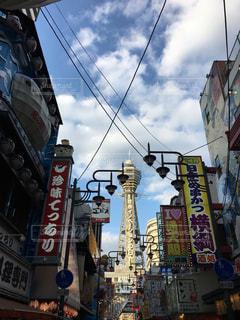 近くに忙しい街の通りのの写真・画像素材[1808355]