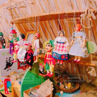 テーブルの上の色とりどりの風船グループの写真・画像素材[822432]
