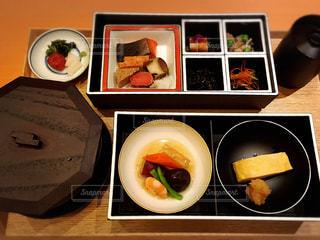 板の上に食べ物のボウルの写真・画像素材[848382]