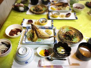 テーブルな皿の上に食べ物のプレートをトッピング - No.871812