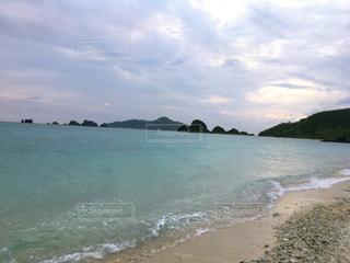 水の体の横にある砂浜のビーチの写真・画像素材[871813]