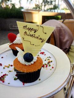 テーブルにバースデー ケーキのプレートの写真・画像素材[935422]