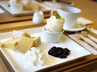 テーブルの上の皿にケーキの写真・画像素材[1020778]