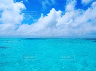 青いプールの水の写真・画像素材[1075061]