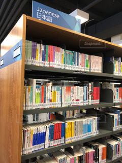 本棚は本でいっぱいの写真・画像素材[1327224]