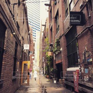 狭い通りを歩いて人々 のグループの写真・画像素材[1404239]