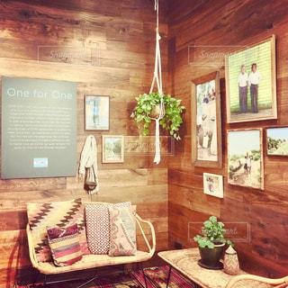 家具やテーブルの上の花瓶で満たされた部屋の写真・画像素材[1743937]