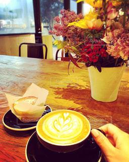 コーヒーやビール、テーブルの上のガラスのカップの写真・画像素材[1803949]