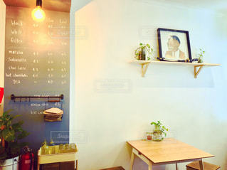 家具やテーブルの上の花瓶で満たされた部屋の写真・画像素材[1813930]