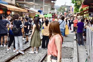 通りを歩いている人々のグループの写真・画像素材[2920221]