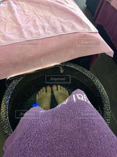 紫のシャツを着たベッドの写真・画像素材[2920222]