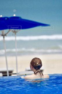青い水で泳ぐ鳥の写真・画像素材[2923691]